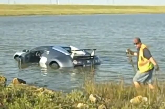 Нисколетящ пеликан приводни Bugatti Veyron в езеро